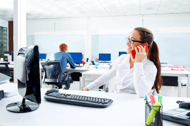 Morena, óculos, executiva, trabalhando, em, escritório