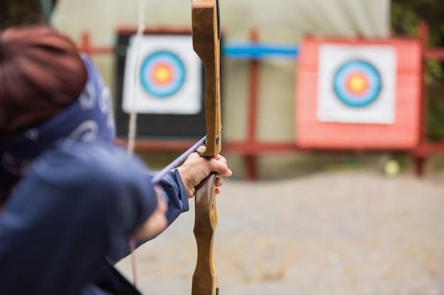 Morena prestes a atirar flecha