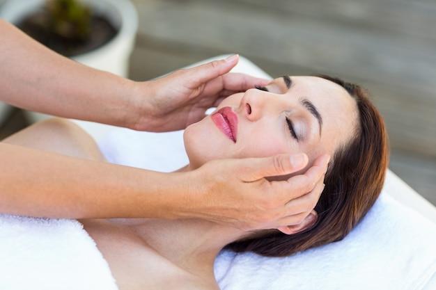 Morena recebendo massagem na cabeça