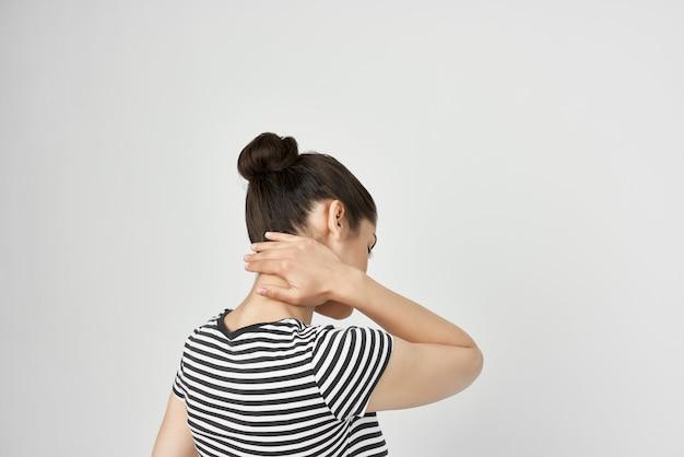Morena segurando a cabeça com luz de fundo de depressão de enxaqueca