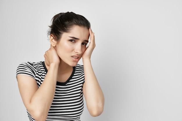 Morena segurando a cabeça, enxaqueca, depressão, problemas de saúde