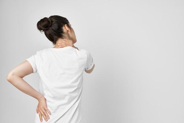 Morena segurando no pescoço cuidados de saúde problemas de saúde