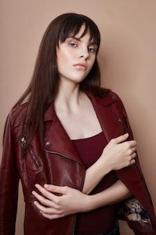 Morena sexy em jaqueta de couro e top vermelho