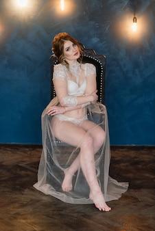 Morena sexy linda garota na cueca branca, posando em um quarto no interior