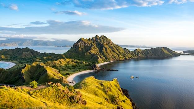 Morning light on padar island, parque nacional de komodo