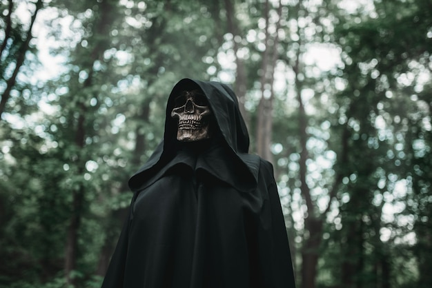 Morte com capuz preto na floresta