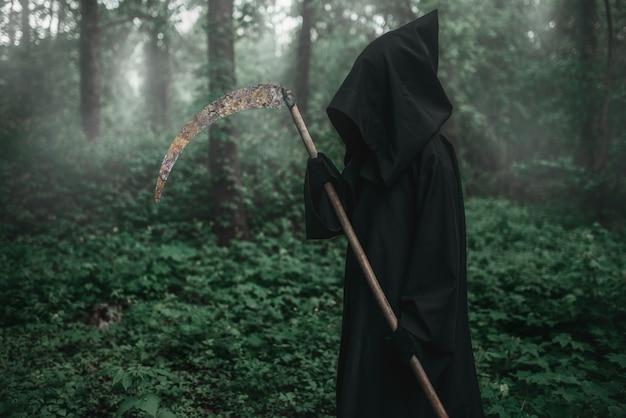Morte com uma foice na floresta escura e enevoada