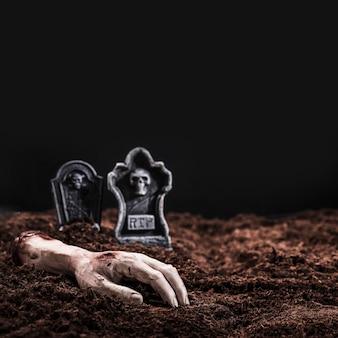 Morto servido mão no cemitério à noite