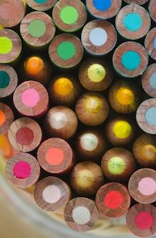 Mosaico colorido com lápis de madeira.