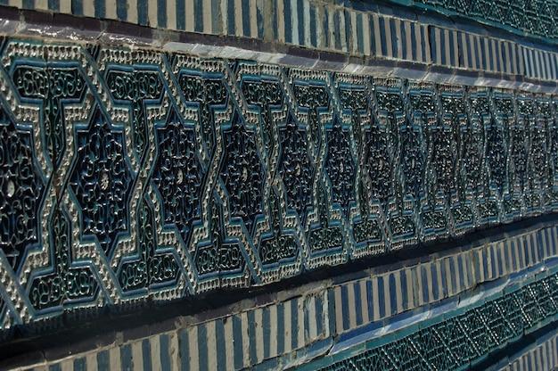Mosaico de cerâmica velho asiático. elementos do ornamento oriental em ladrilhos de cerâmica