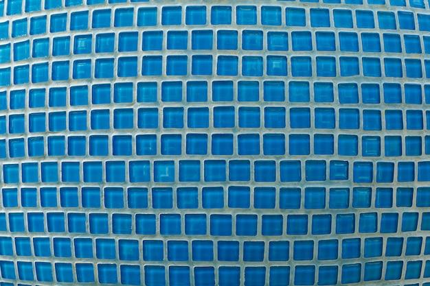 Mosaico de vidro azul no banheiro