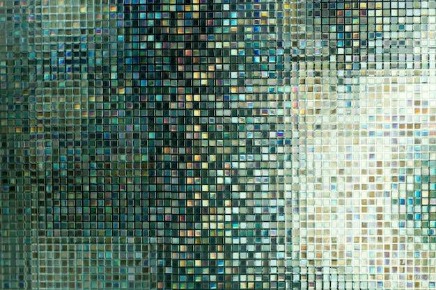 Mosaico de vidro no banheiro.