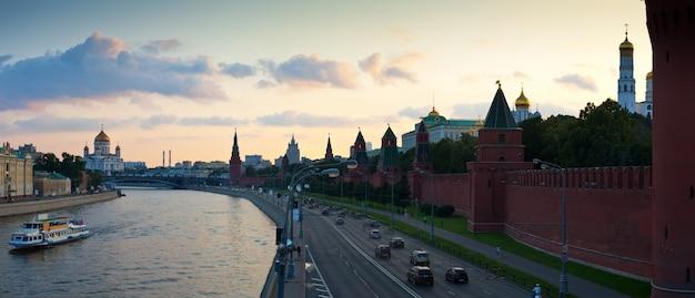 Moscou no pôr-do-sol do verão. rússia