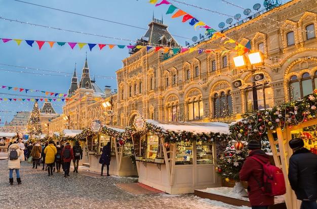 Moscou, rússia - 17 de dezembro de 2018: mercado de natal na praça vermelha, no centro de moscou.