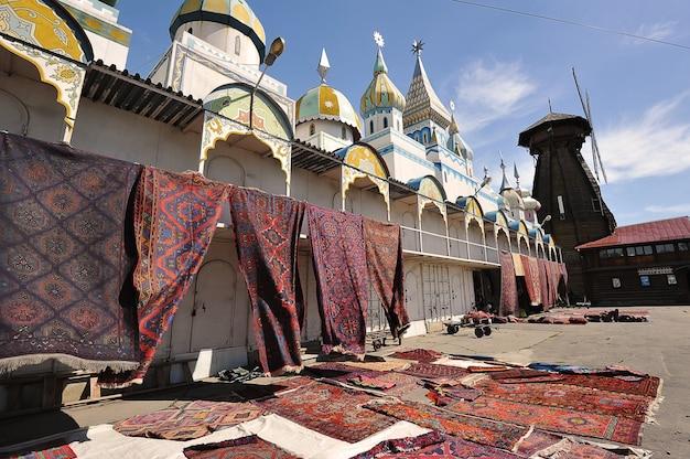 Moscou, rússia - 23 de maio de 2021: comércio de tapetes orientais no mercado do kremlin izmailovsky em moscou
