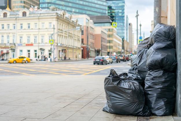 Moscou, rússia, 3 de julho de 2021. sacos de lixo pretos nas ruas da cidade.