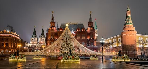 Moscou rússia árvore de natal em frente ao museu histórico moscou rússia