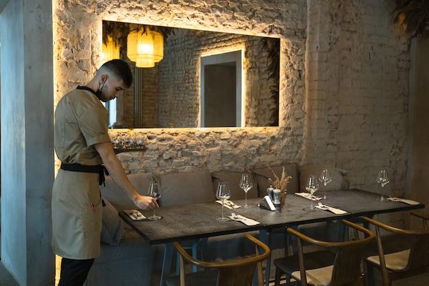 Moscou, rússia, o garçom serve a mesa com o interior luxuoso com um grande espelho