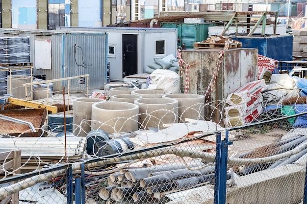 Moscou, rússia: opinião do close up de um canteiro de obras. materiais e lixo