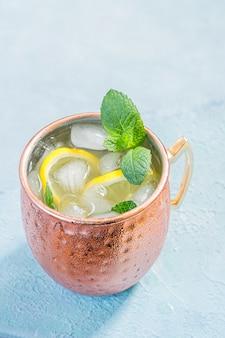 Moscow mule cocktail com gengibre cerveja, vodka e limão
