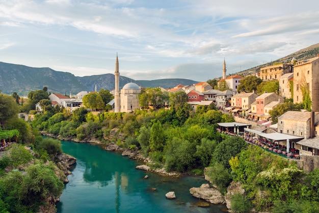Mostar mesquita com rio na cidade velha. bósnia e herzegovina
