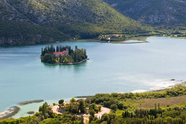 Mosteiro cristão de visovac na ilha do parque nacional de krka, croácia. vista aérea
