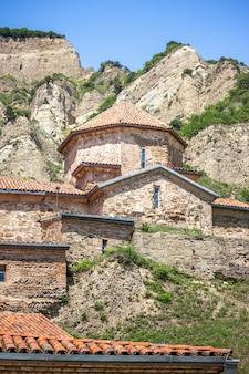 Mosteiro da montanha antiga na geórgia