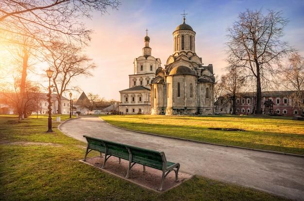 Mosteiro de andronikov em moscou e um banco
