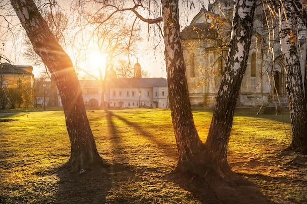 Mosteiro de andronikov em moscou em uma noite de verão