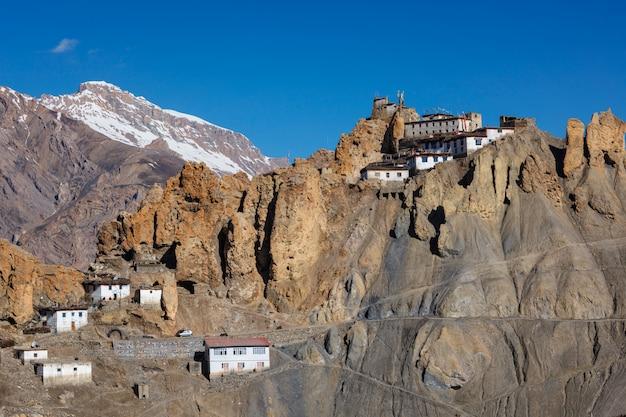 Mosteiro de dhankar empoleirado em um penhasco no himalaia, índia