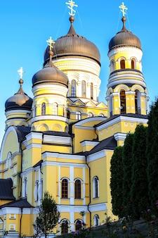 Mosteiro de hancu e igreja em meio à vegetação na moldávia