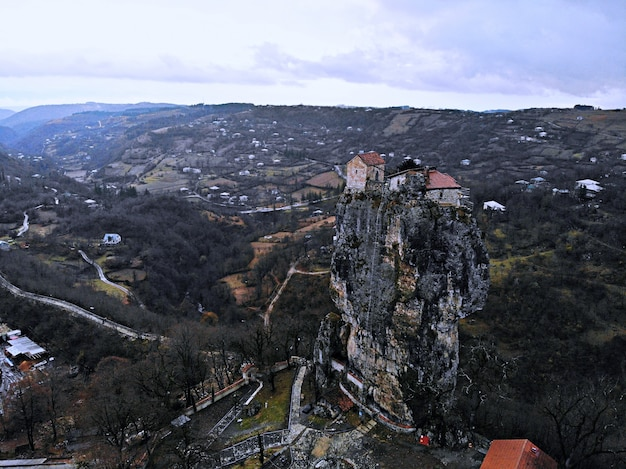 Mosteiro de montanha e igreja de katskhi na geórgia