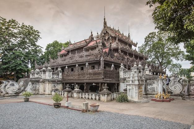 Mosteiro de shwenandaw ou palácio dourado em mandalay, myanmar