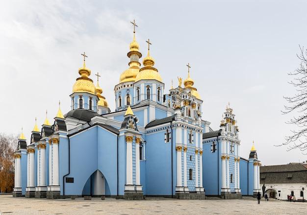 Mosteiro de st michaels com cúpula dourada em kiev