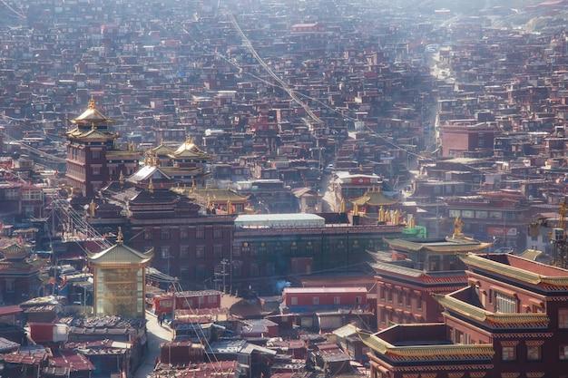 Mosteiro de vista superior em larung gar (academia budista) em um tempo quente e nevoeiro de manhã