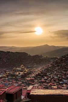 Mosteiro de vista superior em larung gar (academia budista) em vez do sol, sichuan, china