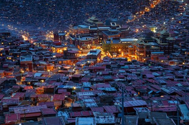 Mosteiro de vista superior em larung gar (academia budista) na hora do crepúsculo, sichuan, china