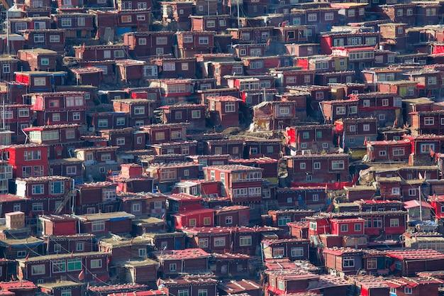 Mosteiro de vista superior em larung gar (academia budista), sichuan, china