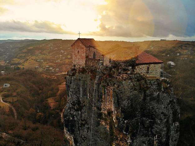 Mosteiro e igreja de katskhi na geórgia ao pôr do sol