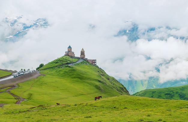 Mosteiro kazbek, vistas da geórgia.