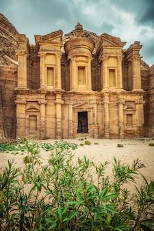 Mosteiro lendário em petra