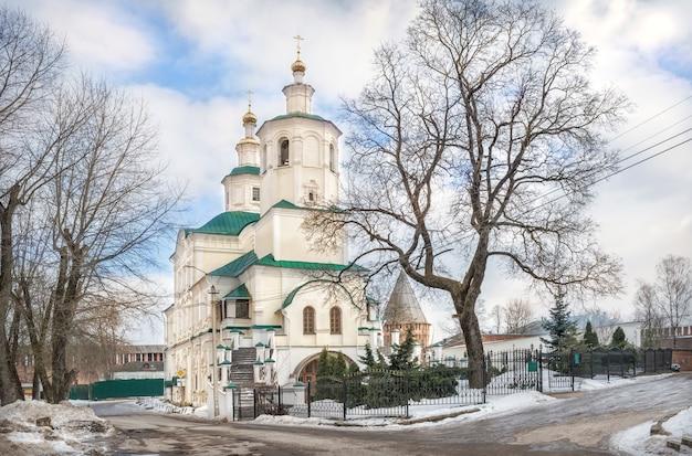 Mosteiro preobrazhensky avraamiev em smolensk sob o céu azul da primavera