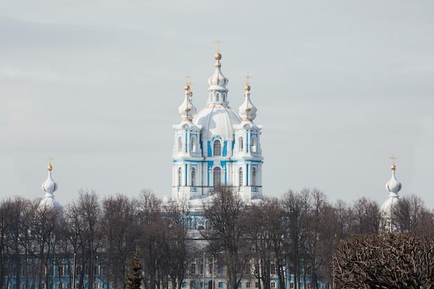 Mosteiro smolny na primavera em são petersburgo