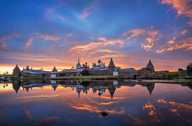 Mosteiro solovetsky com uma imagem espelhada nas águas da baía