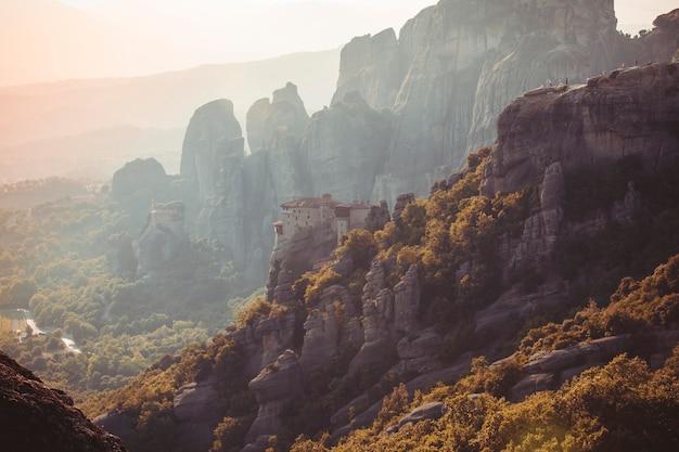 Mosteiros de meteoros na grécia em altas montanhas no pôr do sol, plano de fundo