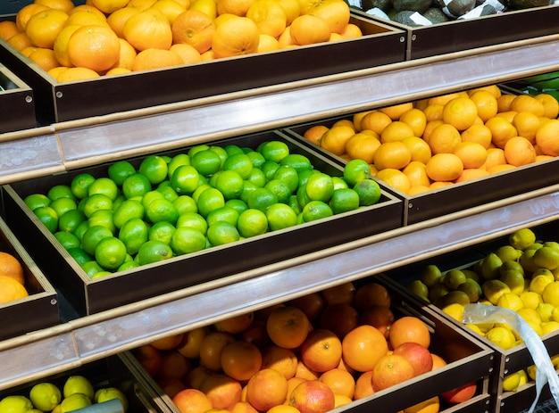 Mostra o mercado de produtos com limas frescas, toranjas e laranjas
