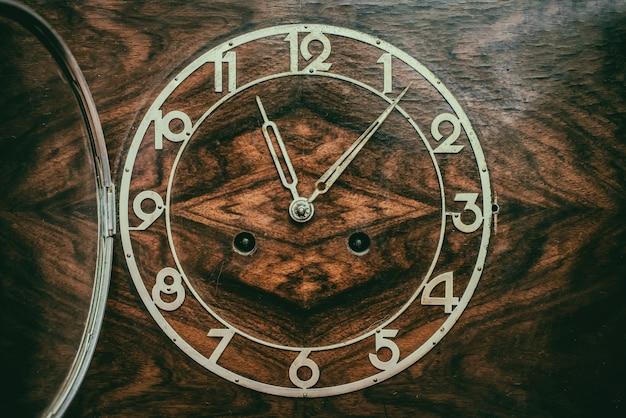 Mostrador do relógio de madeira velho