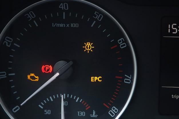 Mostrador do tacômetro com agulha mostrando zero rpm com ícones de diagnóstico isolados