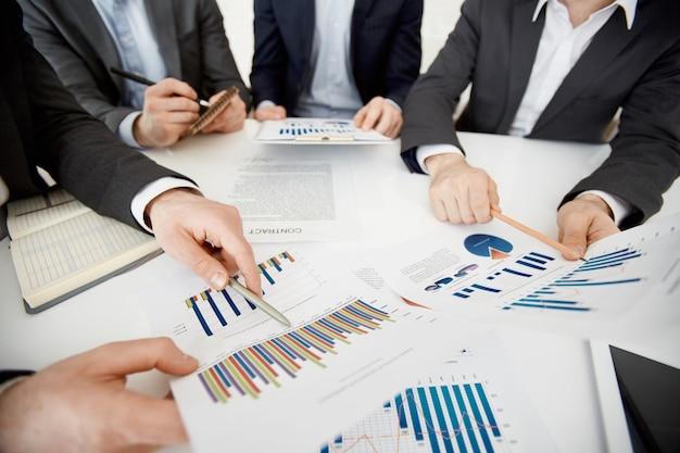 Mostrando aumento de dados empresário de trabalho em equipe