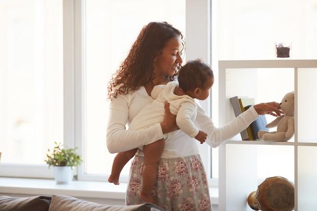 Mostrando brinquedos para bebê curioso